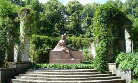 Raiņa kapa piemineklis