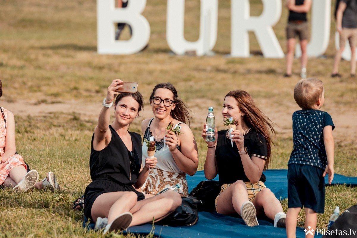 """Ķīpsalas pludmalē krāšņi aizvadīts tradicionālais """"Borjomi"""" pikniks ar raksturu"""