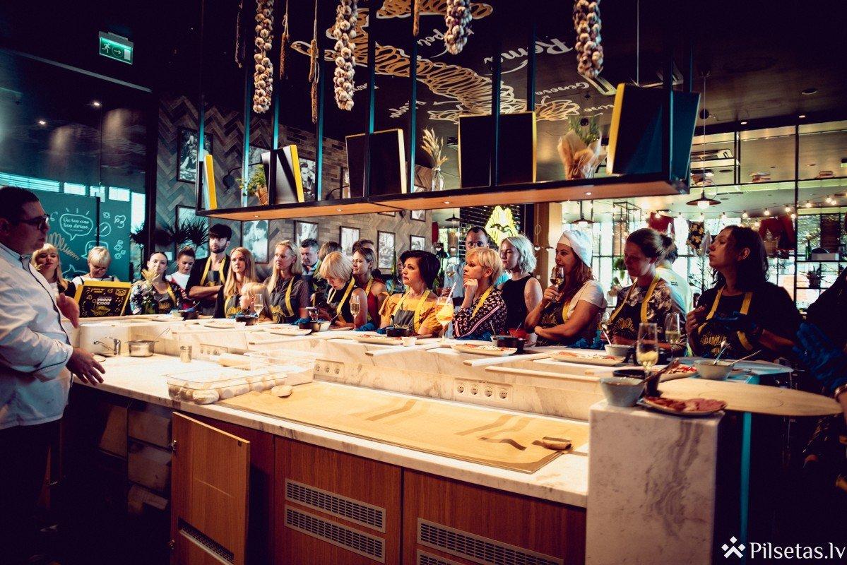 Rīgas gardēži apgūst iemaņas autentiskā picu meistarklasē pie itāļu šefpavāra Fabrizio