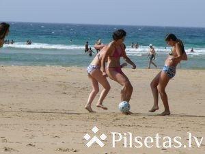 Pludmales futbola turnīrs Mazā ezera pludmalē