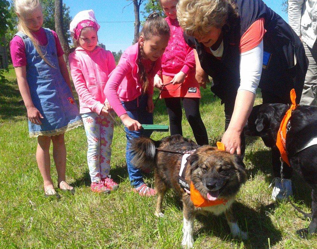 Starptautiskajā bērnu aizsardzības dienā Aizkalnē bērni iepazina suņu terapiju!