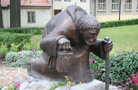"""Скульптура """"Пролетая тысячитилетиям"""""""