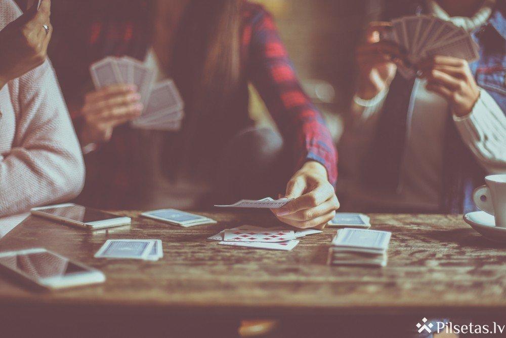 Spēlēt spēles tiešsaistē un uz galda - kas ir jautrāk?