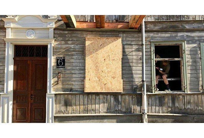 Aizputē ceļ trauksmi par vēsturisko ēku izzušanu