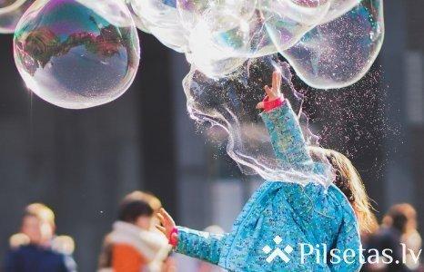 Bērnu dienā Ventspils ielās skatuve uz riteņiem un daudz burbuļu