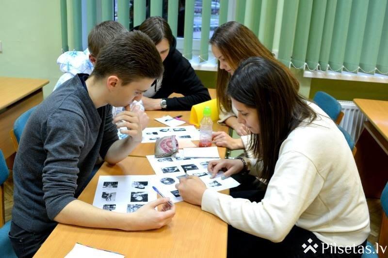 """Daugavpils Universitātē sacentās skolēni un studenti spēlē """"Kas? Kur? Kad?"""""""